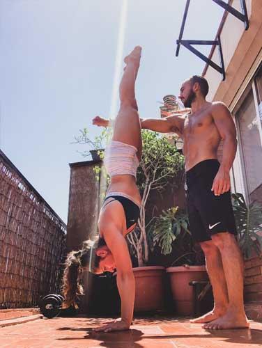 handstand walk con ayuda